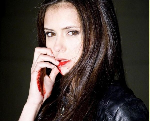 Pourquoi Elena devient-elle un vampire ?