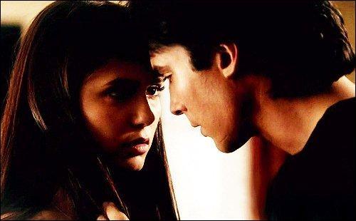 Dans les épisodes 7 et 8, que se passe-t-il entre Damon et Elena ? ( fin du 7, début du 8)