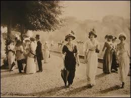 Comment appelait-on la période qui a marqué les progrès sociaux, économiques, technologiques jusqu'à 1914, en France ?