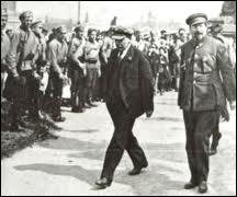 Quel fut le régime politique (en Russie) en 1917 qui a été renversé suite aux Révolutions russes ?