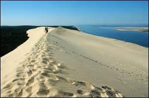 C'est une  dune de sable fin  constitué de grains émoussés et dépolis. L'expression entre guillemets est-elle un pléonasme ?