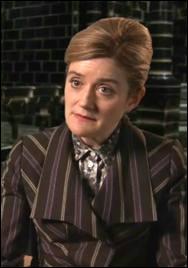 Dans  Harry Potter et les reliques de la mort  partie 1, Hermione prend l'apparence d'une femme pour entrer au ministère avec Ron et Harry. De qui prend-elle l'apparence ?