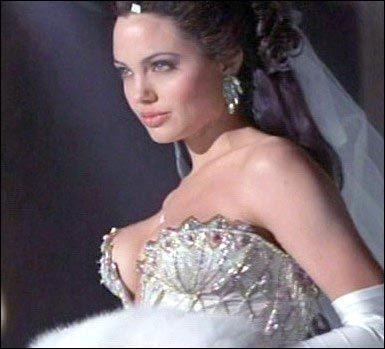 Quel est ce téléfilm qui fit beaucoup pour la gloire d'Angelina Jolie débutante, dans lequel elle interprète une célèbre mannequin morte de la drogue et du sida ?