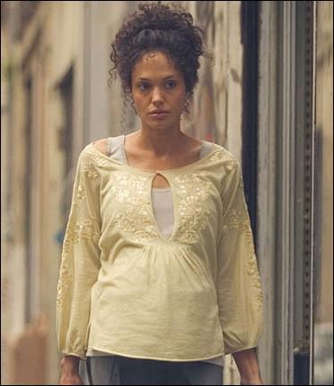 La voici toute frisottée, dans un rôle tragique, tirée d'une histoire vraie. Il s'agit du film Un cœur invaincu (en VO A mighty heart), dans lequel elle est...