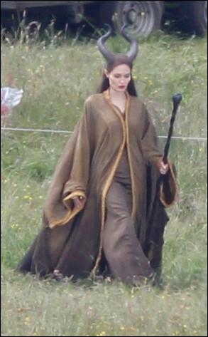 Est-ce pour faire plaisir à ses enfants ? Dans son prochain film, elle est une grande héroïne de conte de fée. Grâce à la photographie, en costume de scène, qui joue-t-elle ?