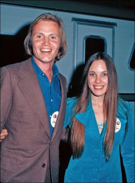 Dès son jeune âge, elle baigne dans le tout Hollywood. Voici une photographie de ses parents. Pourquoi se nomme-t-elle aujourd'hui Jolie (prononcé Djoli) ?