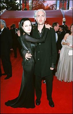 Angelina Jolie a toujours eu un sens aigü de la publicité. Entre autres excès, qu'a-t-elle fait à la cérémonie des Oscars 2000 où elle est arrivée ainsi vêtue dans un style Morticia Addams ?