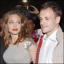 Jonny Lee Miller est le premier mari d'Angelina qu'elle a épousé à l'âge de ?