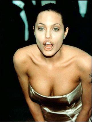 Angelina dit avoir un lien maternel avec la France. Est-ce exact ?