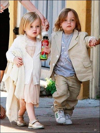 Après la petite Shiloh, toute blondinette, le couple a eu des jumeaux en 2008, le choix du Roi, un garçon Knox (prononcé Nox) et une fille Vivienne. Où sont-ils nés ?