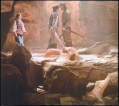 Dans  Le Monde de Narnia : L'Odyssée du passeur d'aurore , en quoi se transforme le point d'eau dans la grotte où est retrouvé l'un des sept seigneurs ?