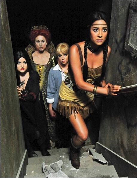 Dans l'épisode d'Halloween de la saison 3, Hanna, Spencer, Emily et Aria sont déguisées en... ?