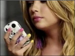 Dans la saison 2, après qu'Hanna se soit faite confisquer son portable par sa mère, qui lui en prête un ?