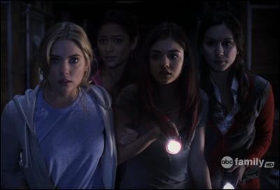 Dans les livres, l'histoire démarre 3 ans après la disparition d'Alison mais dans la série, combien de temps après démarre l'histoire ?