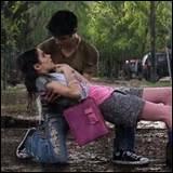 Mais finalement qui embrasse-t-elle le premier ?