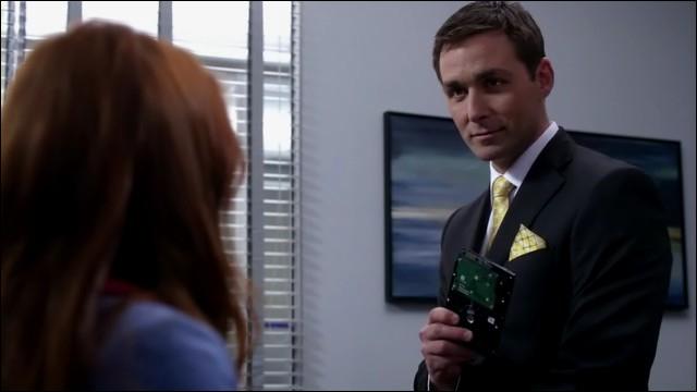 Pourquoi Charlie refuse-t-elle de draguer le garde pour entrer dans le bureau de Dick Roman ?