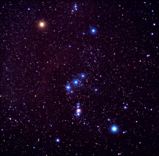 Dans quelle constellation se trouve une des rares nébuleuses visibles à l'œil nu ?