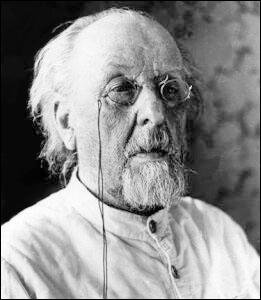 C'est un instituteur russe qui a imaginé, en 1905, la propulsion des fusées par réaction. Comment s'appelait-il ?