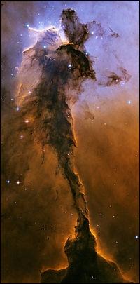 Dans l'espace, comment appelle-t-on un nuage de gaz et de poussières interstellaires ?