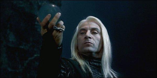 Lucius est un dérivé de 'lux' en latin qui signifie :