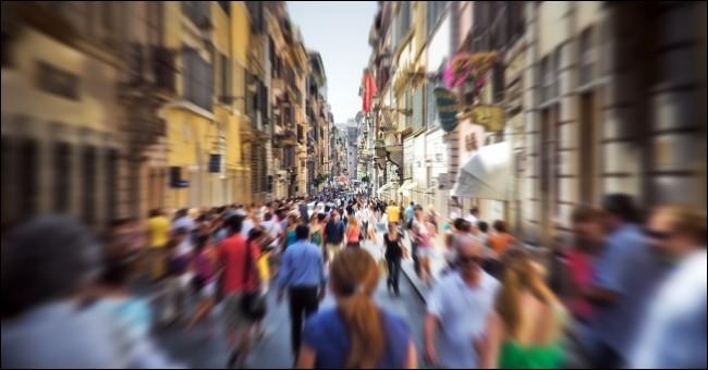 Comment s'appelle la peur des espaces publics découverts ?