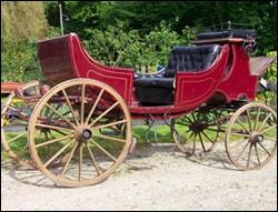 Quelle est cette voiture attelée à 4 roues et 4 places en vis-à-vis, plus 2 strapontins, à double capote mobile, attelée à 2 ou à 4 chevaux, et qui ne transporte pas que des bébés ?