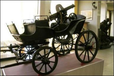 Comment s'appelait ce chariot ouvert avec une mitrailleuse lourde installée à l'arrière, d'origine russe ?