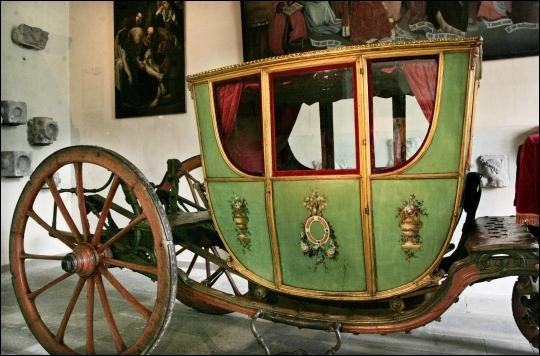 Quel est ce véhicule hippomobile à quatre roues, fermé, parfois aux armes d'une famille aristocratique, et dont le nom évoque souvent le luxe et le pouvoir ?