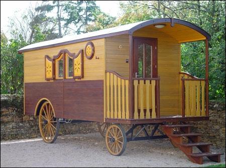 Quel est l'habitat nomade en bois qui est utilisé pour voyager en général par les gens du voyage, les tziganes ou autre, en bois et à 4 roues ?