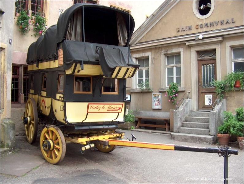 Quelle est cette voiture hippomobile destinée à l'origine au transport des dépêches et du courrier en général, apparue en France vers 1800 ?