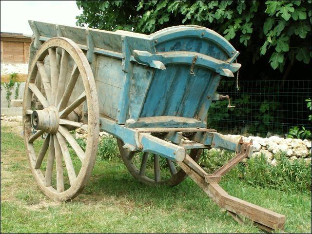 Quel est le nom du véhicule hippomobile, généralement agricole, destiné à transporter un matériau en vrac ? Sa particularité est que la caisse peut basculer vers l'arrière pour vider le chargement.