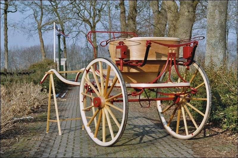 Quel est le nom de la voiture hippomobile légère, de type cabriolet, à deux roues, ouverte, avec ou sans capote , inventée en 1815 en Angleterre, qui porte le nom du carrossier qui l'a mise au point ?