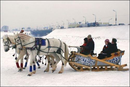 Ce nom russe désigne une voiture hippomobile ou un traîneau sur patins, dont l'attelage nécessite trois chevaux. Quel est-il ?