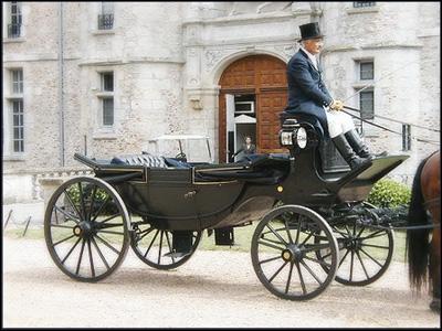 Au XIXème siècle, c'est une voiture élégante, découverte, munie d'une capote repliable, à 4 roues, et à 4 places en vis-à-vis. Quel est son nom ?