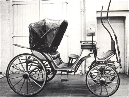 Cette voiture à 4 roues, caractérisée par un siège de meneur important et confortable, souvent en rotonde, élevé sur la caisse, avec ou sans capote, porte le nom du fils d'Hélios. Quel est-il ?
