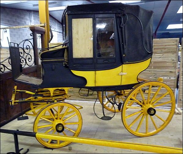 Comment se nomme cette calèche légère, d'origine autrichienne, à la caisse en osier, qui servait de véhicule de voyage à la fin du XVIIIème siècle et au XIXème siècle ?
