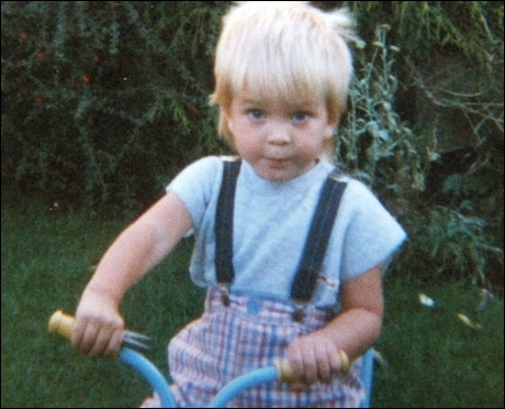 Ce petit cycliste est un acteur maintenant. Qui ?