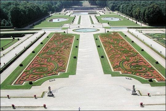 Sous le règne de Louis XIV, un grand potager royal fut aménagé dans le château de Versailles et géré par...