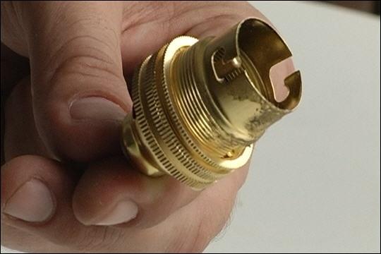 En vieil argot le mot est synonyme d'argent. De nos jours il désigne la partie d'une lampe où est introduit le culot de l'ampoule. Pour trouver ce mot, devant  ouille  vous mettrez un...