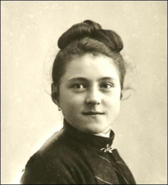 Elle est née en 1873 dans une famille de commerçants. Dans quelle ville ?