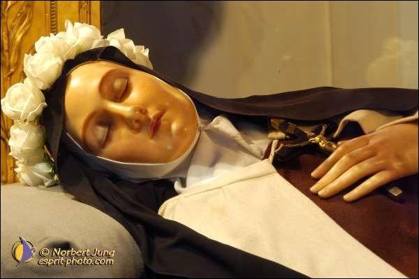 C'est à Lisieux qu'elle passera les neuf années de sa vie religieuse, avant de décéder en 1897. De quoi est-elle morte ?