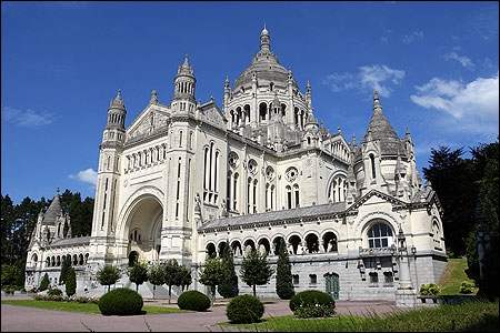 Pour accueillir les nombreux pèlerins venant se recueillir à Lisieux, la construction d'une basilique fut décidée. Commencés en 1929 les travaux se sont achevés en...