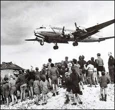 D'après la légende, un avion arrivait pour approvisionner les Berlinois de l'ouest toutes les...