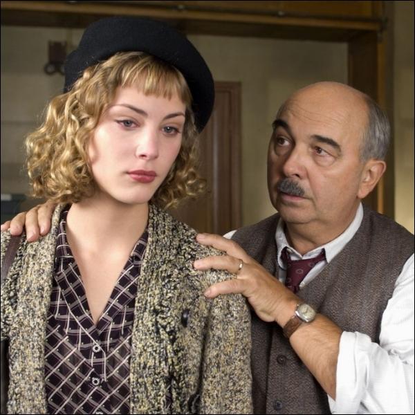 Elle était  Douce , la chanteuse du music-hall le  Chansonia  dans  Faubourg 36 , film de Christophe Barratier en 2008 ... . .