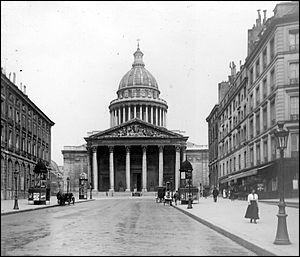 Rousseau repose désormais au Panthéon avec Voltaire depuis 1794, qui était...