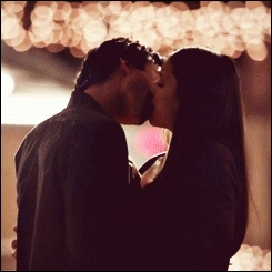 Qui a embrassé l'autre en premier lieu lors de leur premier baiser (2x22) ?