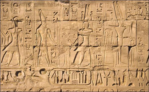 Quel est le nom des caractères écrits de l'Egypte ancienne ?