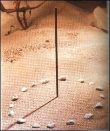 Voici un des plus simples et plus anciens moyens de connaître l'heure : un simple bâton planté bien verticalement dans le sol. Quel est son nom ?