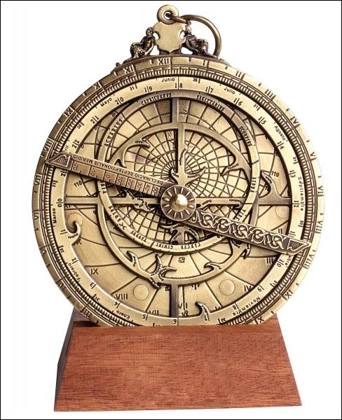 Comment s'appelle cet objet composé d'un disque gradué en degrés (rapporteur) avec un bras tournant attaché à son centre, lequel centre permet de mesurer l'heure en fonction de la hauteur de l'astre ?