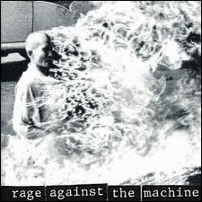 Le premier album éponyme du groupe Rage Against The Machine est précurseur dans un style qui mélange le hip-hop et le metal. Retrouvez le single chanté par Zack de la Rocha :
